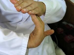 指を反らした写真